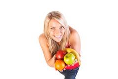 Tiro principal da mulher que mantém o fruto contra o fundo branco Imagem de Stock Royalty Free