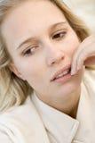 Tiro principal de la mujer preocupante Imagen de archivo