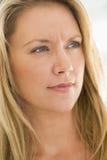 Tiro principal de la mujer scowling Foto de archivo