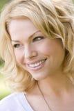 Tiro principal do sorriso da mulher imagem de stock