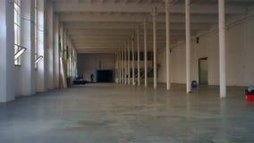 Tiro profundo mesmo de um hangar industrial colorido branco enorme video estoque