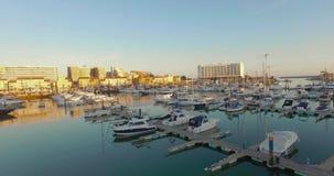 Tiro que viaja de la puesta del sol de barcos en un puerto deportivo metrajes