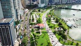 Tiro que vuela aéreo del atasco en el centro de ciudad de Panamá almacen de video