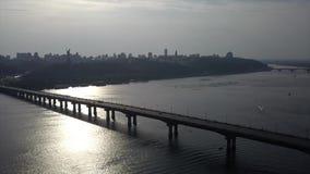 Tiro regional El volar hacia el puente en la puesta del sol Kyiv 4K Verano metrajes