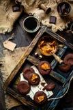 Tiro a?reo de cookies saborosos do chocolate caseiro com caramelo ou leite condensado em escuro - placa de madeira azul imagens de stock