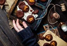 Tiro a?reo de cookies saborosos do chocolate caseiro com caramelo ou leite condensado em escuro - placa de madeira azul foto de stock royalty free