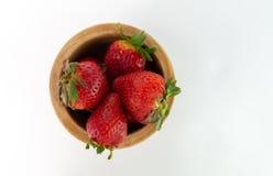 Tiro a?reo de fresas en un cuenco de madera imagenes de archivo