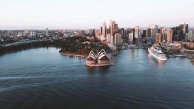 Tiro a?reo de la escena de la salida del sol en el horizonte de la ciudad de Sydney metrajes