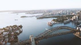 Tiro a?reo de la escena de la salida del sol en el horizonte de la ciudad de Sydney almacen de video