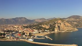 Tiro a?reo de Terracina en un d?a soleado Italia almacen de metraje de vídeo