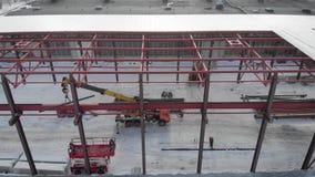 Tiro a?reo Tiro do ar No quadro dos trabalhadores são os construtores, montam o telhado da produção video estoque
