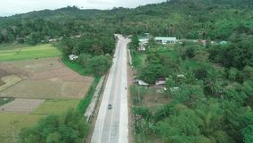 Tiro a?reo do zang?o da estrada concreta em uma comunidade de explora??o agr?cola pequena Vista a?rea da estrada do campo Filipin vídeos de arquivo