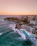 Tiro a?reo hermoso de una ciudad costera y del mar imagen de archivo