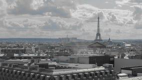 Tiro a?reo Paris de acima conceito da ecologia e do ambiente da poluição Fumo e telhados da capital de França dentro video estoque