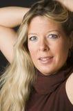 Tiro rubio atractivo de la pista corporativa de la mujer con sonrisa imágenes de archivo libres de regalías