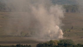 Tiro selvagem da explosão enorme no campo de batalha video estoque