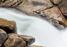 Tiro simples borrado do movimento da cachoeira Fotos de Stock