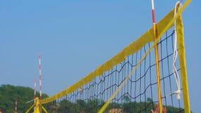 Tiro Slowmotion de uma rede do voleibol em uma praia do verão Conceito dos jogos da praia Conceito do ver?o video estoque