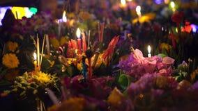 Tiro Slowmotion dos lotes dos krathongs que flutuam na ?gua Comemorando um feriado tailand?s tradicional - Loy Krathong filme