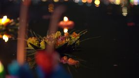 Tiro Slowmotion dos lotes dos krathongs que flutuam na ?gua Comemorando um feriado tailand?s tradicional - Loy Krathong video estoque