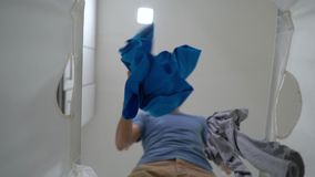 Tiro Slowmotion Vista de uma cesta de lavanderia suja como um pano sujo do lance do homem novo nele Conceito das tarefas dom?stic filme