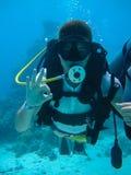 Tiro subacqueo di un'immersione subacquea dell'uomo che mostra segnale giusto fotografia stock libera da diritti