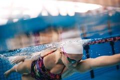 Tiro subacuático de la natación de la mujer en piscina imagen de archivo libre de regalías