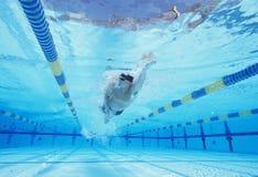 Tiro subacuático de la natación masculina joven del atleta en piscina Fotos de archivo