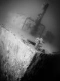 Tiro subacuático del estilo retro de la nave sunked de la pesca foto de archivo