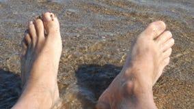 Tiro subjetivo de los pies desnudos en una playa - 4K almacen de metraje de vídeo