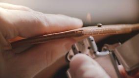 Tiro super do close-up das mãos masculinas profissionais do artesão que terminam bordas de couro ásperas feitos a mão da carteira video estoque