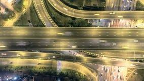 Tiro superior aéreo, autopista en Bangkok, tráfico en intercambio de la autopista sin peaje en la noche el lapso híper de 4K UHD
