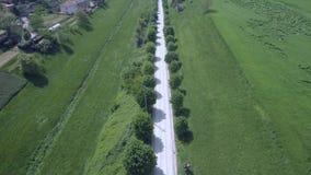 Tiro superior aéreo sobre una carretera nacional con los árboles almacen de video