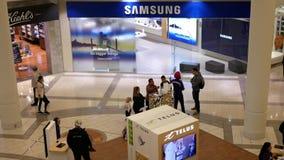 Tiro superior da compra do cliente na loja de Samsung