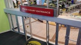 Tiro superior de la entrada de la zona de restaurantes almacen de metraje de vídeo