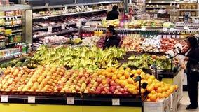 Tiro superior de las comidas de compra de la gente