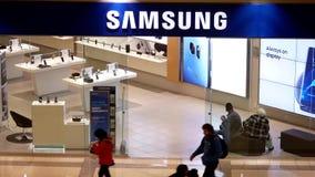 Tiro superior de las compras del cliente en la tienda de Samsung