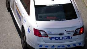 Tiro superior de las luces de emergencia rojas y azules del coche policía almacen de metraje de vídeo