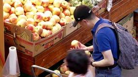 Tiro superior de las manzanas de compra de la gente