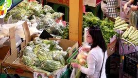 Tiro superior de las verduras de compra de la gente