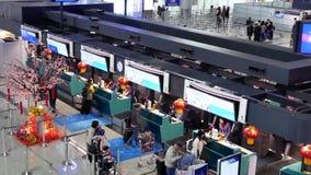 Tiro superior de los pasajeros que van a los escritorios del incorporar de la línea aérea de China almacen de metraje de vídeo