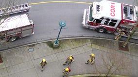 Tiro superior de pessoais da emergência do fogo de Coquitlam na ação do salvamento filme