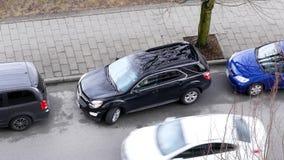 Tiro superior del coche que sale aparcamiento paralelo