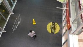 Tiro superior del comprador que camina a través de las puertas almacen de metraje de vídeo