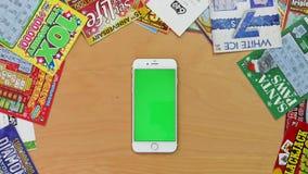 Tiro superior del hombre que usa iphone con diversos gestos de mano en la pantalla verde almacen de video