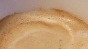 Tiro superior do café quente com bolhas na tabela dentro do restaurante video estoque