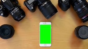 Tiro superior do iphone verde da tela filme