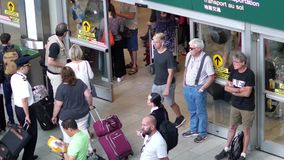 Tiro superior dos povos que saem do terminal de aeroporto da entrada internacional da chegada vídeos de arquivo