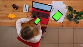 Tiro superiore del primo piano di giovane impiegato caucasico che compera online sul telefono facendo uso della carta di credito  archivi video