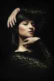 Tiro triguenho novo do estúdio do retrato da beleza da mulher imagem de stock royalty free